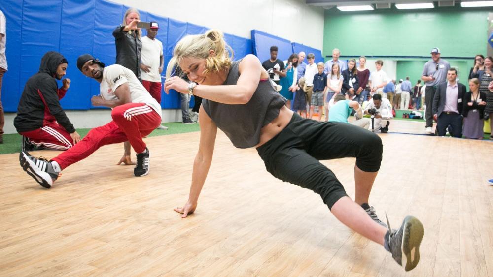 Mikaela Shiffrin versucht sich als Breakdancerin. © Jana Bannan Photography / usskiandsnowboard.org