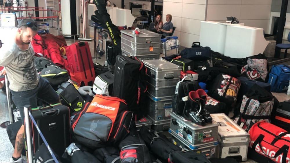 Dominik Paris versucht sich einen Weg durch das Gepäck-Wirr-Warr zu bahnen. © Emanuele Buzzi / Instagram