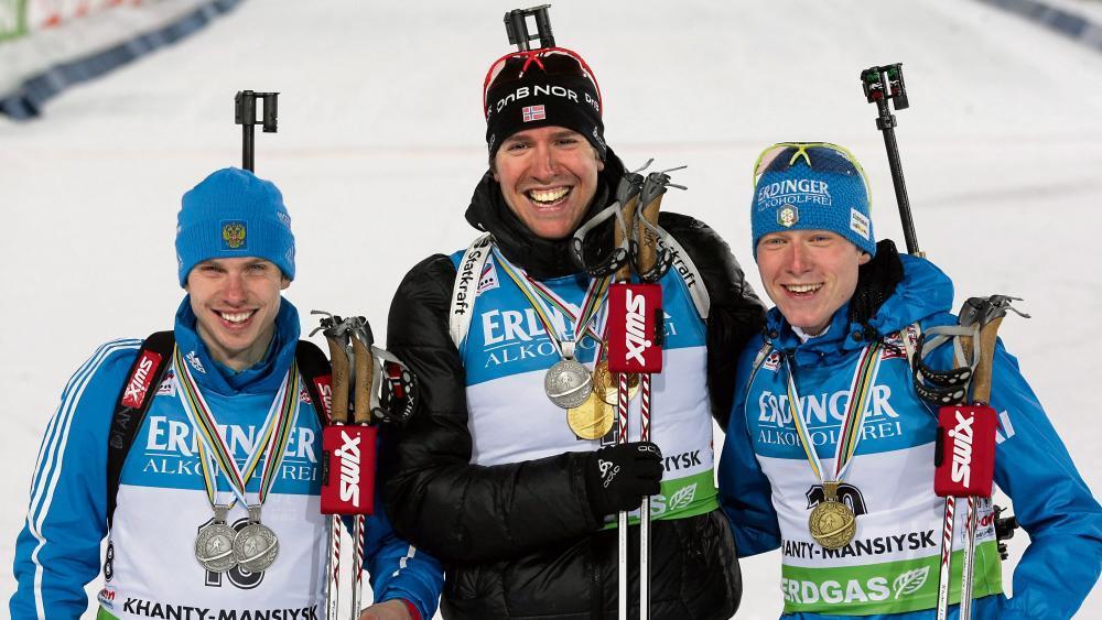 Lukas Hofer (rechts) im Jahr 2011 nach dem WM-Massenstart in Khanty Mansiysk: Jetzt wurde dem Südtiroler die Silbermedaille zugesprochen. © epa / SERGEI CHIRIKOV