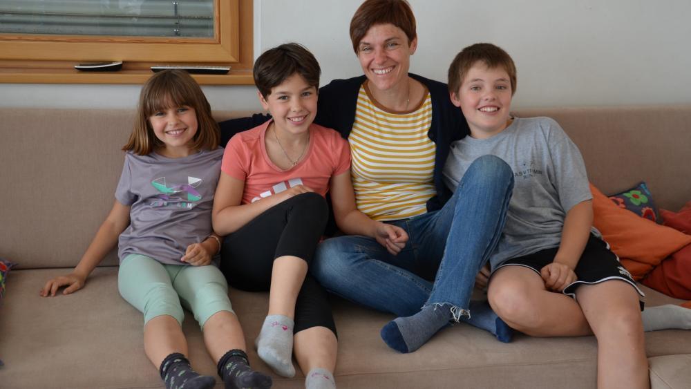Paula, Sara und Daniel Nössing (v.l.) mit ihrer Mutter Silke Bachmann. © privat